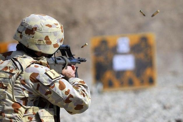 australian soldiers shooting a gun