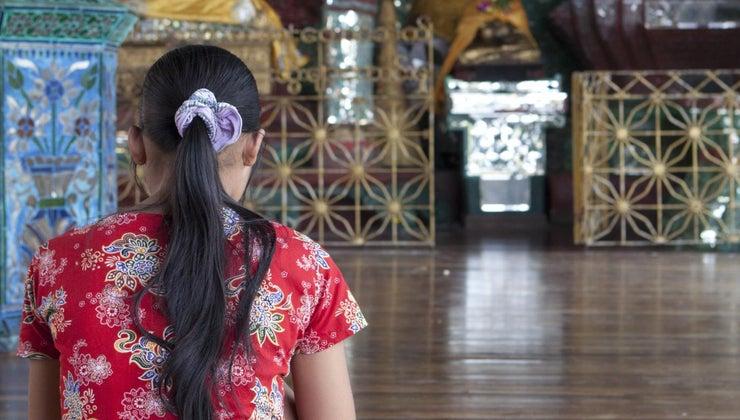 buddhists-pray