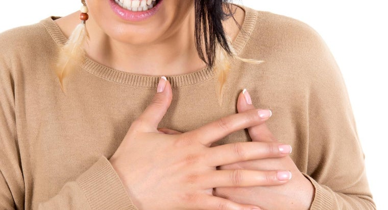 causes-symptoms-chest-pain-women