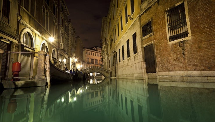 deep-canals-venice-italy
