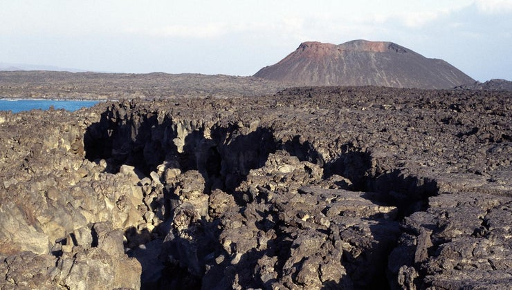 earthquakes-volcanoes-happen-mostly-same-place