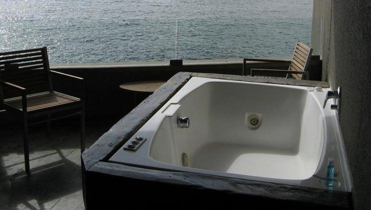 hotel-brands-suites-jacuzzis-room
