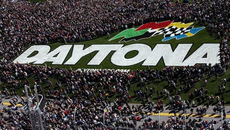 many-people-attend-daytona-500