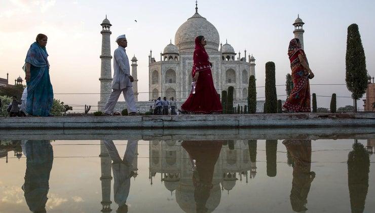 people-visit-taj-mahal