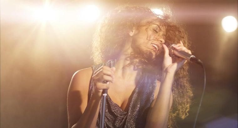 singers-wear-earpieces