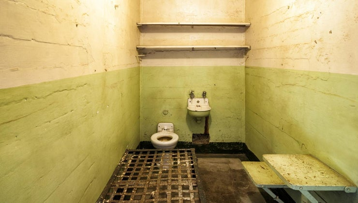 average-size-prison-cell