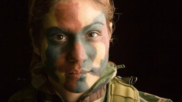 How Do You Apply Camouflage Face Paint?