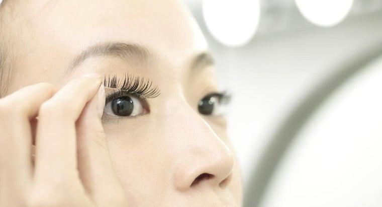 apply-false-eyelashes
