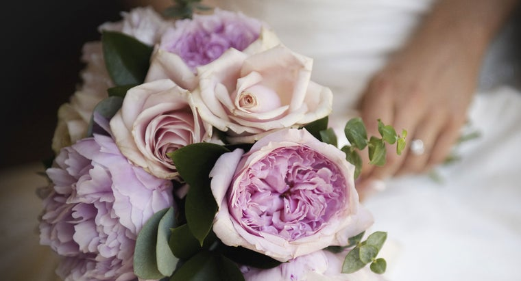 brides-carry-bouquets