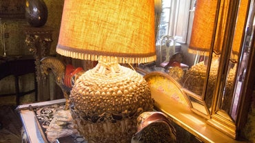 How Can You Identify Antique Table Lamps?