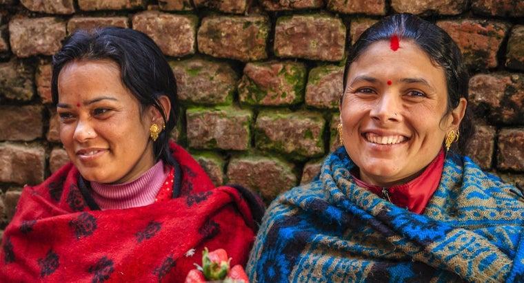 indian-women-wear-black-dot-foreheads