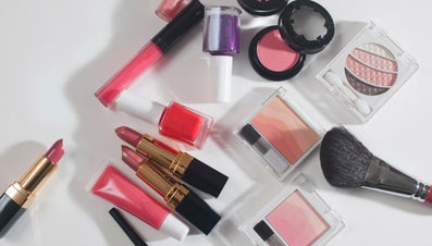 What Are Some Makeup Giveaways?