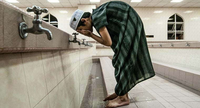 muslims-wash-before-pray