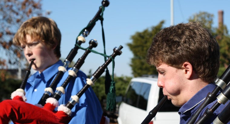 play-bagpipes