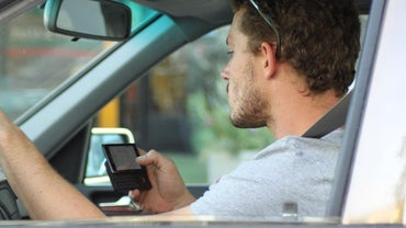 What Are the Pros and Cons of Texting While Driving?