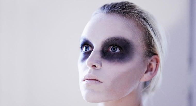 put-eye-makeup-halloween