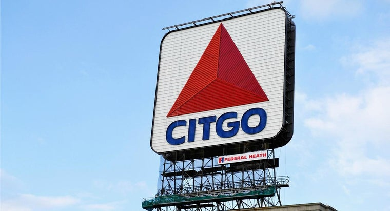 runners-look-citgo-sign-boston-course