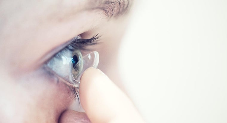 tips-removing-contact-lenses