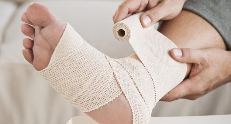 type-doctor-should-visit-swollen-ankle