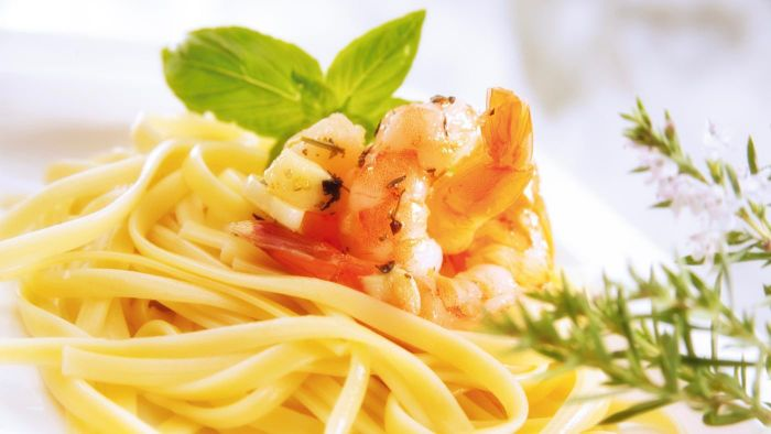 What Is an Easy Fettuccine Alfredo With Shrimp Recipe?