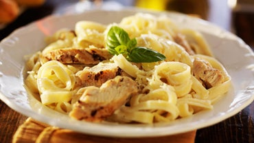 What Are Some Chicken Fettuccine Recipes?