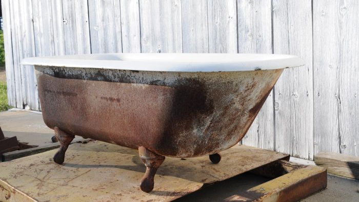 How Do You Remove an Old Bathtub?