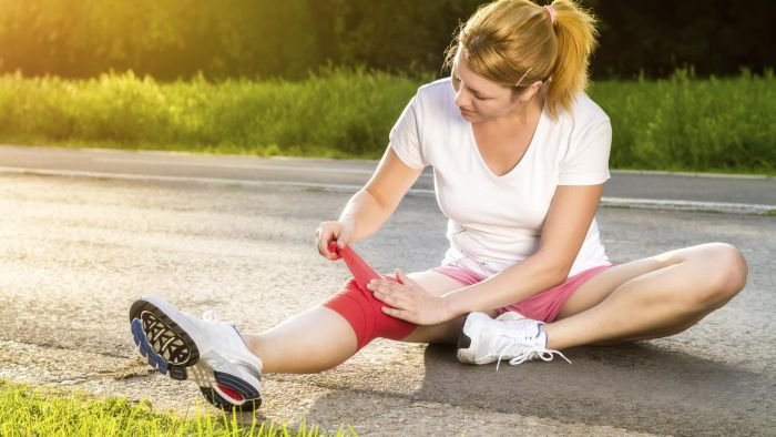 What causes a knee to become swollen that isn't injured?