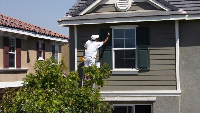 What Are Good House Siding Colors That Will Withstand the Elements?