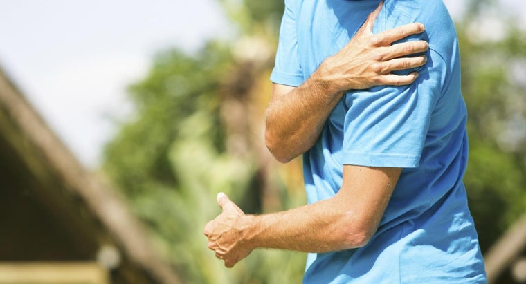 What Are the Medical Symptoms Associated With a Torn Rotator Cuff?