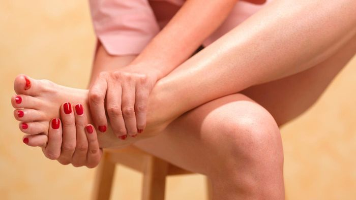 What are some common causes of pain in the feet and toes?