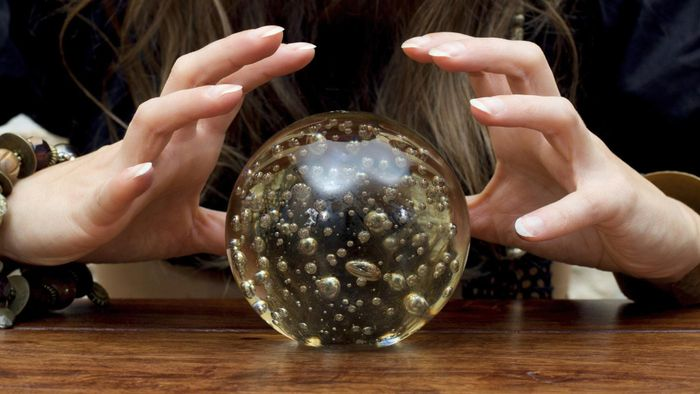 What happens at a session with a psychic reader?