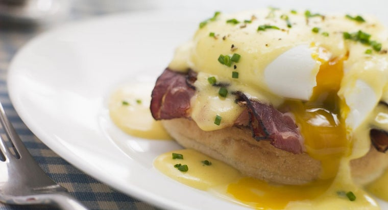 What Is a Simple Recipe for Eggs Benedict?