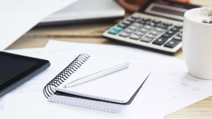 How do you make a simple monthly budget planner?