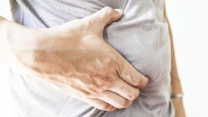 What are the main symptoms of intestine cancer?