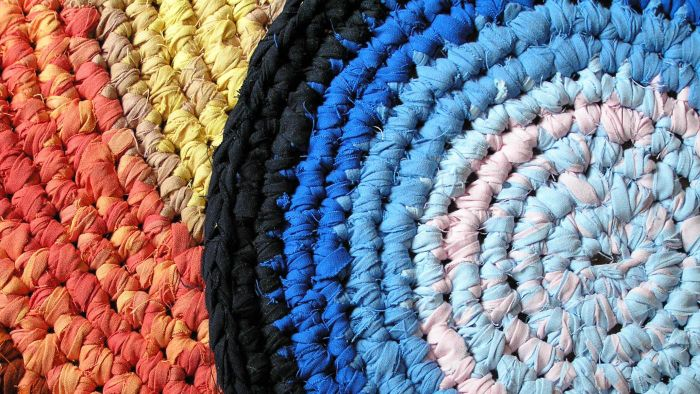 What Is a Simple Way to Crochet a Round Rug?