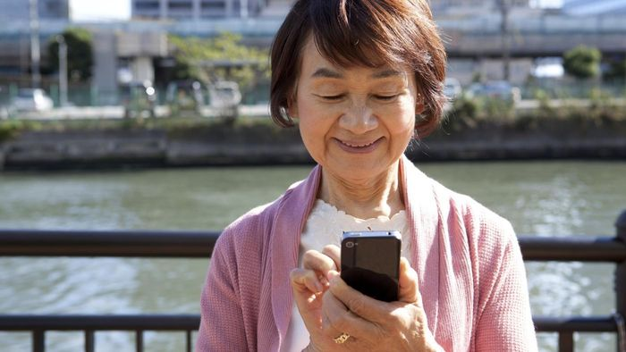Which Verizon phone has a large display for seniors?