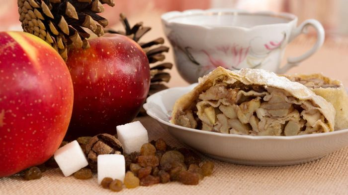 What is a recipe for apple strudel?