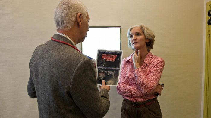 What information does a hyperthyroid symptoms checklist include?