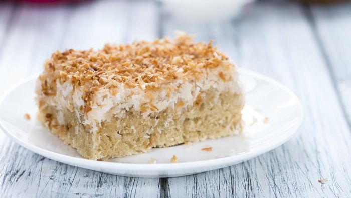 What Are the Ingredients in a Low-Fat Coconut Cake?