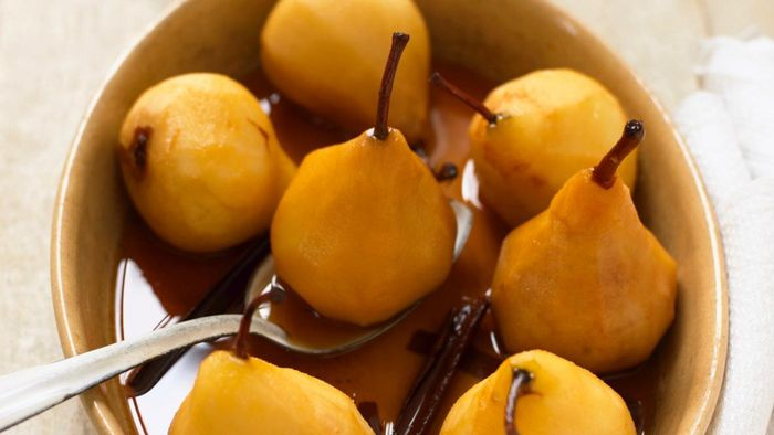 What Is an Easy Recipe for Poached Pears?