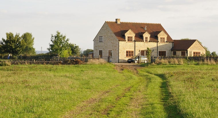 How Do You Find Homes for Rent With Enough Land for a Horse?