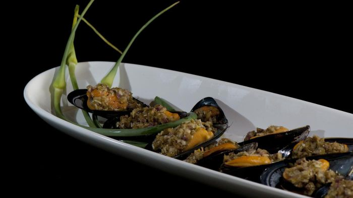 What Is a Recipe for Garlic Mussels?