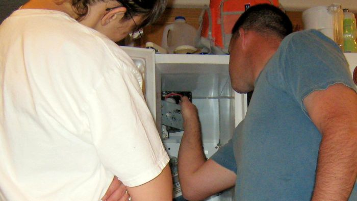 How Do You Repair an Icemaker That Is Leaking Water?