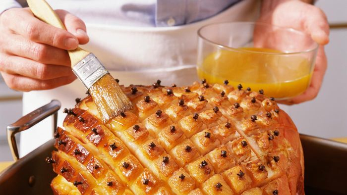 How Do You Make a Maple Syrup Glaze for a Ham?