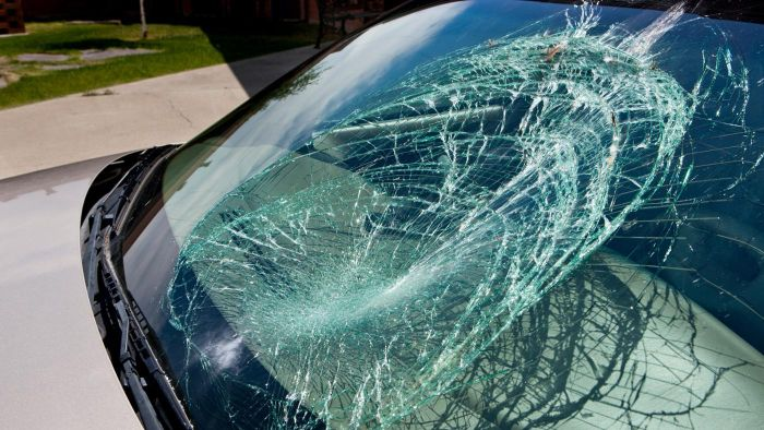Where can you find a mechanic who knows how to replace a windshield?