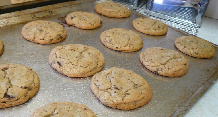 What Should You Look for When Choosing Cookie Sheets for Baking?