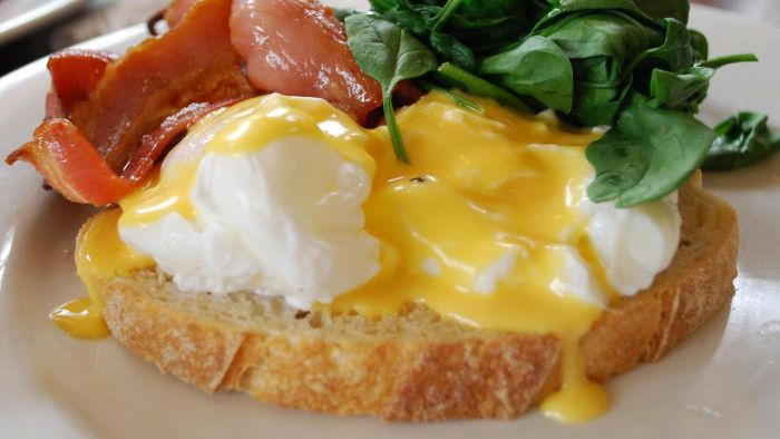 What Are Some Recipes for Eggs Benedict?