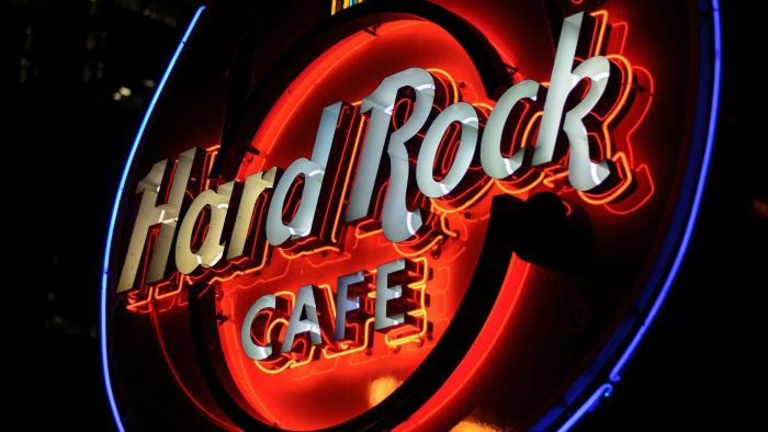 Which Native American tribe owns the Hard Rock Café?
