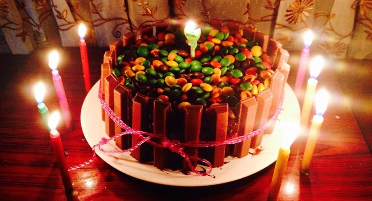 What Are Some Birthday Cake Decorating Designs?