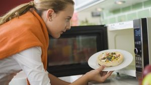 How do you troubleshoot a microwave oven?